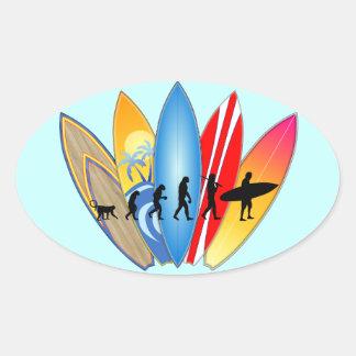 Evolución que practica surf pegatina ovalada