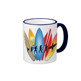 Evolución que practica surf taza de dos colores