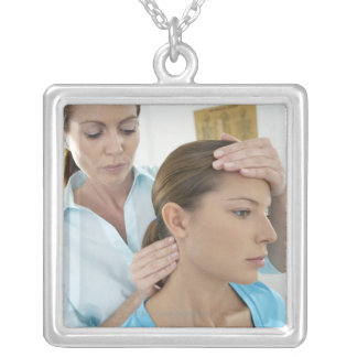 Examen de la quiropráctica del cuello. pendientes