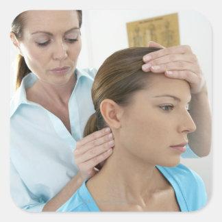 Examen de la quiropráctica del cuello. pegatina cuadrada