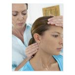 Examen de la quiropráctica del cuello. postal