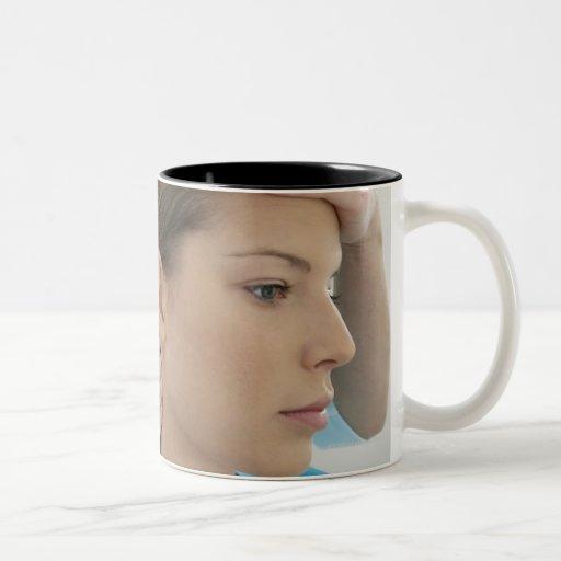 Examen de la quiropráctica del cuello. taza de café de dos colores