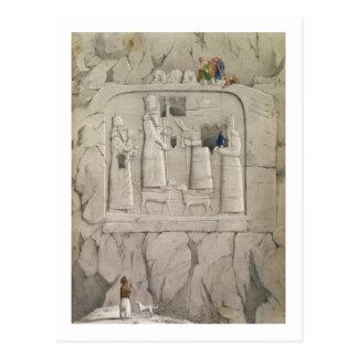 Examinando una escultura asiria de la roca, de tarjetas postales