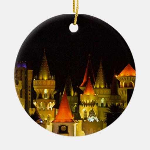 Excalibur en el ornamento de la noche adorno redondo de cerámica