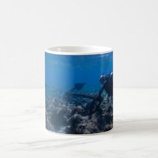 Excavación del buceo con escafandra taza de café