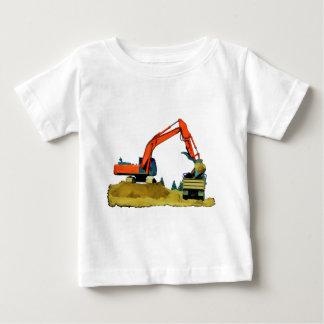 Excavador anaranjado y camión volquete amarillo camisas