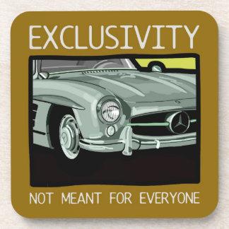 Exclusividad y riqueza - coche viejo de la obra posavasos de bebidas