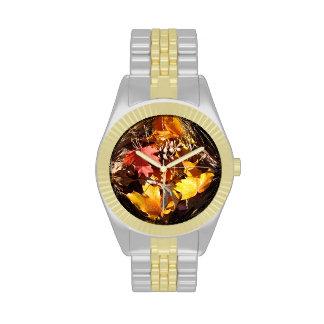 Exhibición de hojas de arce y de colores de la relojes de mano