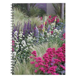 Exhibición de la flor en jardín libretas espirales
