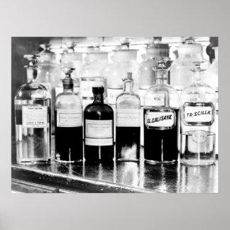 Exhibición de las botellas del boticario que conti poster
