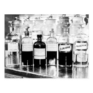 Exhibición de las botellas del boticario que conti tarjeta postal