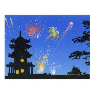 Exhibición del fuego artificial y silueta de la tarjetas postales