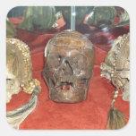 Exhibición encogida del vudú de las cabezas calcomanía cuadradas