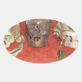 Exhibición encogida del vudú de las cabezas pegatina ovalada