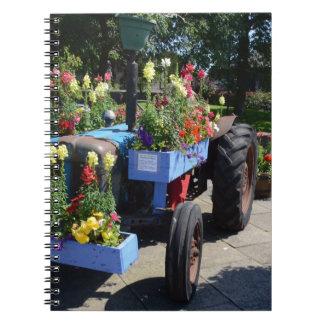 Exhibición floral del tractor viejo spiral notebooks