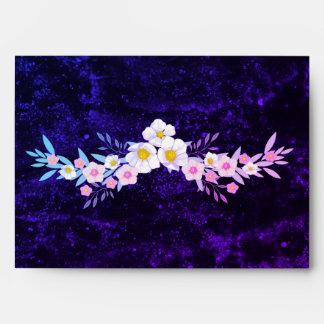 Exhibición floral púrpura y azul preciosa sobres