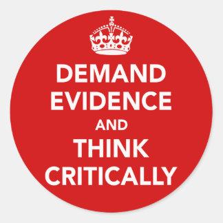 Exija las pruebas y piense críticamente pegatina redonda