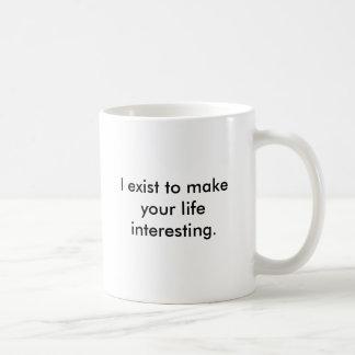 Existo para hacer su vida interesante taza básica blanca