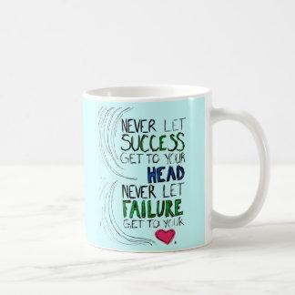 Éxito y fracaso taza básica blanca