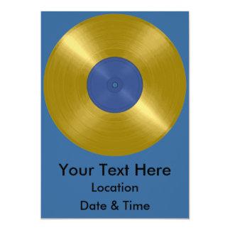 Expediente del oro con la etiqueta azul invitación 12,7 x 17,8 cm