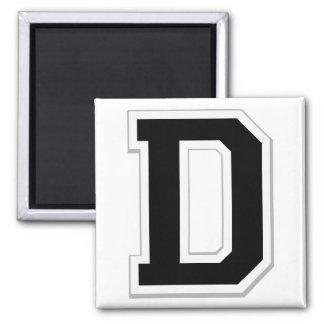 Expliqúelo la letra inicial D en imán negro