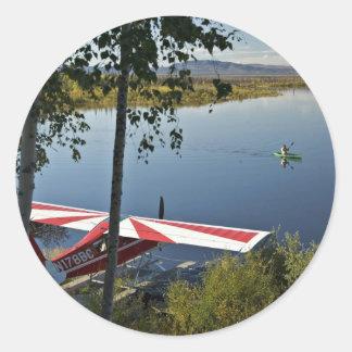 Explorador y canoa del lago Kanuti Pegatina Redonda