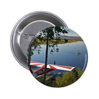 Explorador y canoa del lago Kanuti Pin