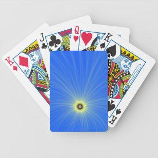 Explosión amarilla del color en naipes azules barajas de cartas