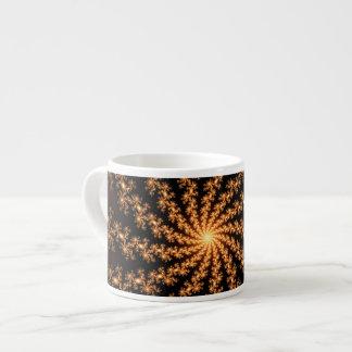 Explosión de oro del fractal que brilla intensamen tazas espresso