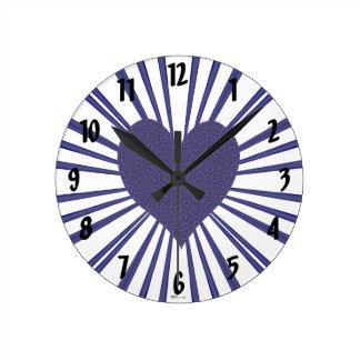 Explosión del amor (púrpura) reloj redondo mediano
