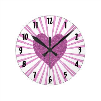 Explosión del amor (rosa) reloj redondo mediano