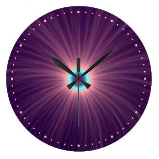 Explosión del color en reloj de pared púrpura