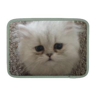 Expresión linda blanca mullida linda del gatito fundas para macbook air