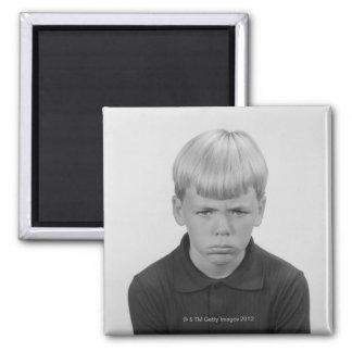 Expresiones faciales del muchacho imán cuadrado