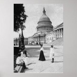 Exterior del edificio del capitolio con las mujere posters