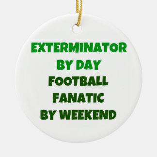Exterminator del fanático del fútbol del día por adorno navideño redondo de cerámica