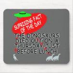 Extinción divertida del dinosaurio alfombrilla de ratón