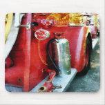 Extintor en el coche de bomberos tapete de raton