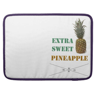 """""""Extra Sweet pin Apple"""" - writing&fruit imprint Sleeve For MacBook Pro"""