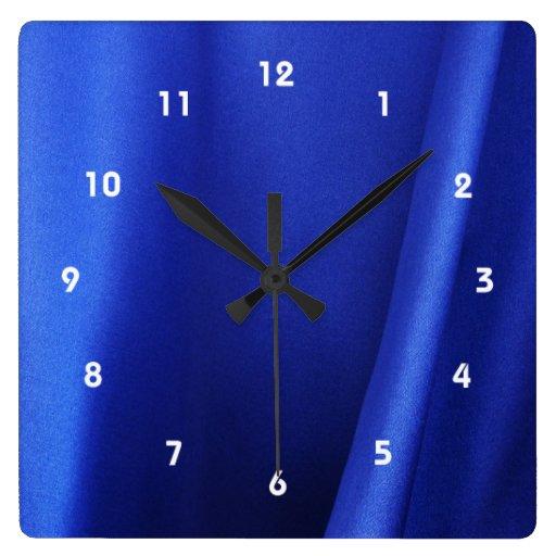 Extracto azul de la tela de seda que fluye reloj cuadrado