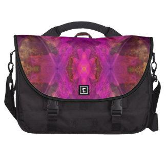 Extracto colorido de los segmentos en magenta y am bolsas de ordenador