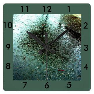 Extracto del día lluvioso reloj cuadrado