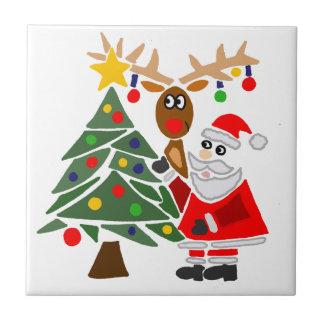 Extracto divertido de Papá Noel y del reno Azulejo Cuadrado Pequeño