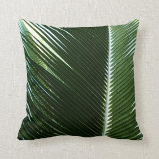Extracto verde tropical traslapado de las frondas cojín decorativo