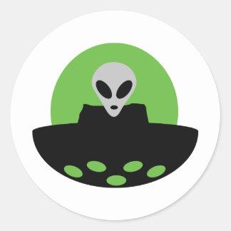 extranjero con el icono del UFO Etiquetas Redondas