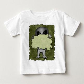 Extranjero con la camisa en blanco de la muestra