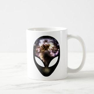 Extranjero cósmico taza básica blanca