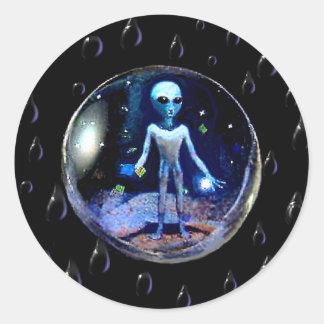 Extranjero en una burbuja pegatina redonda