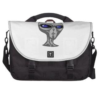 Extranjero gris/gris con los ojos azules grandes y bolsas para portatil