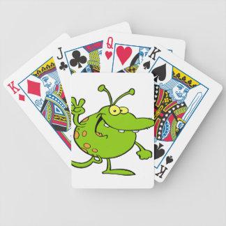 Extranjero que gesticula un signo de la paz baraja cartas de poker